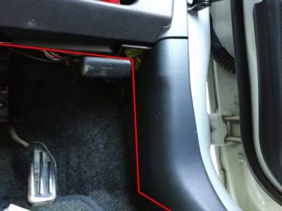 ドラレコの配線:ラパンの運転席足元