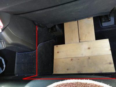 ドラレコの配線:レヴォーグの後部座席足元