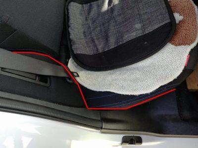 ドラレコの配線:レヴォーグの後部座席シート横