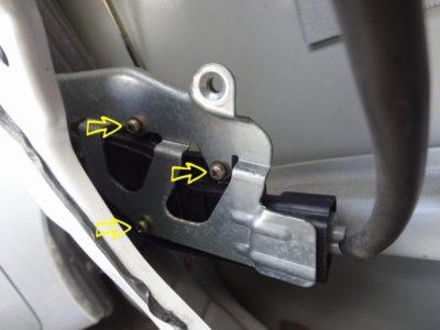 ラパン左前ドアロックモーター固定位置