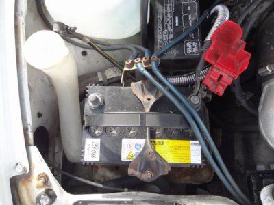 バッテリーのマイナス端子を外したところ