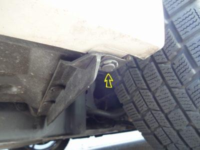 フロントバンパー取り外し手順:下回りの左右タイヤハウス側