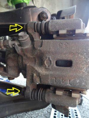ブレーキキャリパーのボルト位置