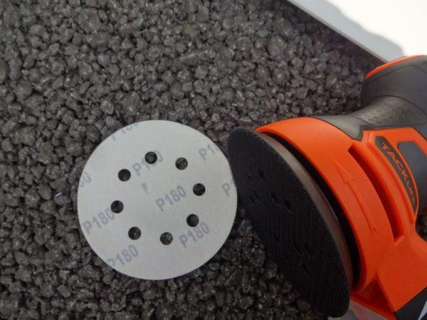 カーボンシートをサンダーで削り取る
