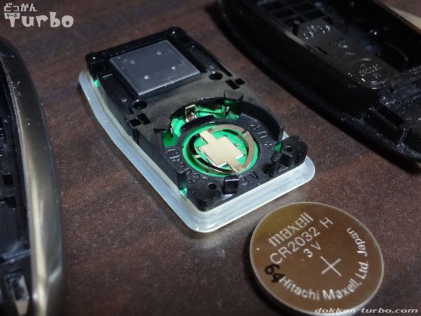 レヴォーグのリモコンキーのユニットから電池を外したところ