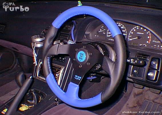 VICTORIAの青いステアリングに交換した180SX
